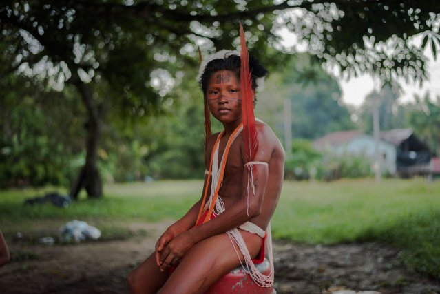 Clérik s'apprête à participer à une danse traditionnelle, organisée sur l'îlet Mula, au milieu de l'Oyapock