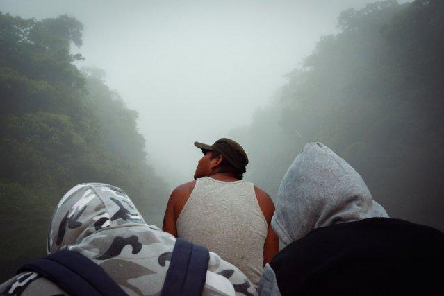 Lors d'une expédition sur la Camopi, ce chasseur scrute les arbres à la recherche du gibier.