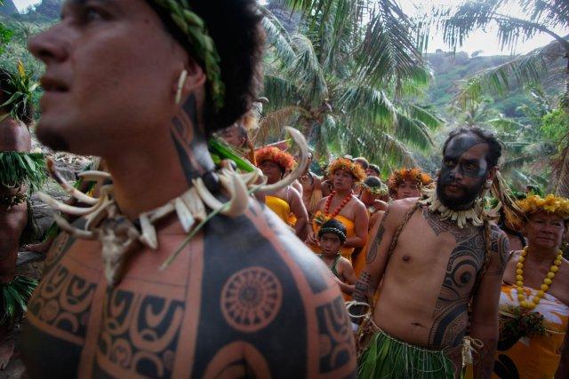 """Longtemps interdit par les religieux, le tatouage """"te patutiki"""" en langue marquisienne, a fait depuis quelques années un vrai retour en force. Autrefois, seul le corps des chefs était entièrement tatoué. Le rituel voulait que les tatouages ne soient dévoilés une fois les cicatrices refermées."""