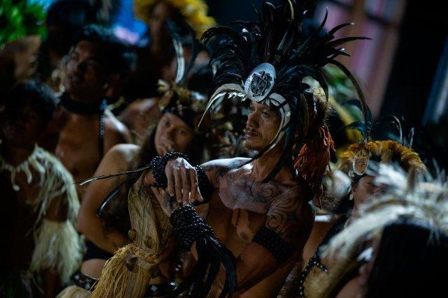 Chaque île, chaque groupe de danse doit confectionner ses costumes. Une préparation qui prend du temps, car il faut rassembler tous les matériaux naturels: le more, la fibre de coco, le tapa, nacres plumes.
