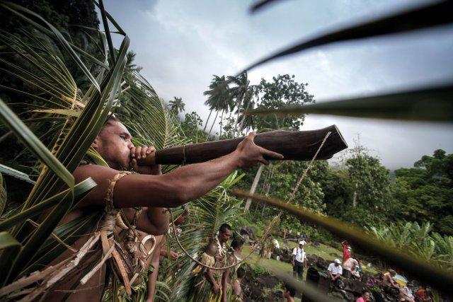 C'est aux sons des Pu que le peuple marquisien annonçait les départs ou arrivées de pirogues accompagnés du pahu le tambour traditionnel, il est de toutes les fêtes et rassemblements.