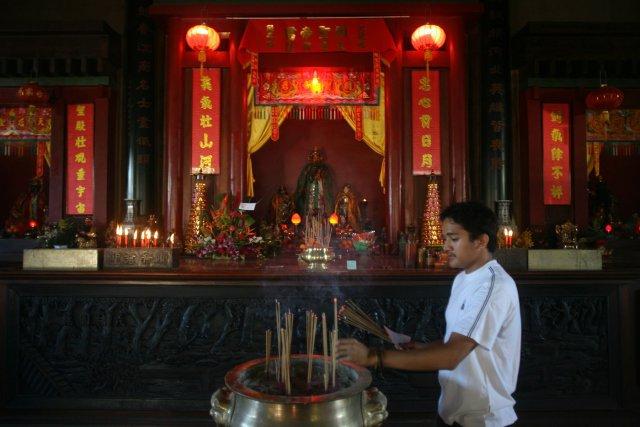 Papeete le 02 fevrier 2007 . journée d'offrandes et cérémonie des vœux sur l'autel des ancêtres au temple de Kanti à Mamao dans la banlieue de Papeete . L'importante communaute chinoise a pour  tradition d'allumer des bougies et de bruler l'encens avant de consulter l'oracle . Le Jour de l'an chinois se nomme aussi Jour du Printemps (Chun Jie) , il correspond au premier jour du premier mois de l'année.