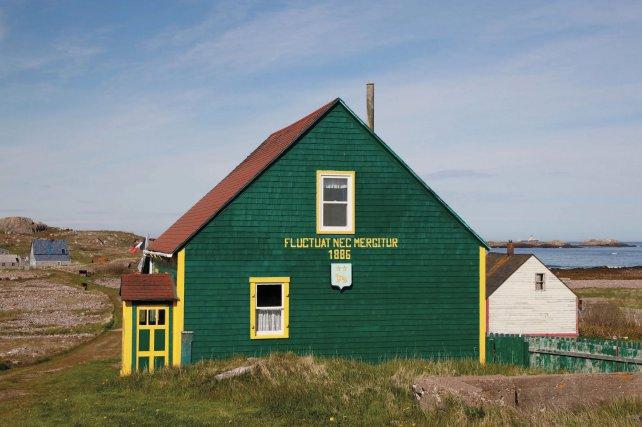 Une maison restaurée sur l'île aux Marins à Saint Pierre et Miquelon . «Fluctuat Nec Mergitur : qui est battue par les flots mais ne sombre pas». Un adage bien adapté à l'archipel.