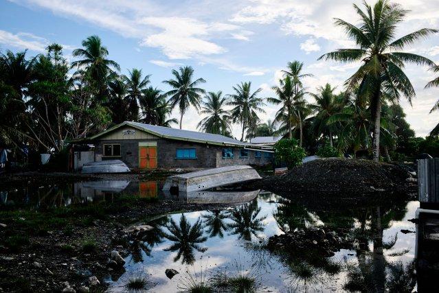 L'Académie maritime est inondée à chaque marée haute de l'île d'Amatuku. Selon un ancien élève, le littoral a perdu du terrain depuis dix ans. La montée des eaux devrait rendre les îles basses du Pacifique non viables bien avant leur disparition.