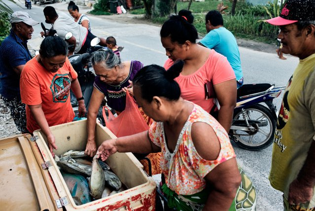 Chaque matin, le poisson est vendu en quelques dizaines de minutes sur le bord de la route. C'est le seul produit frais disponible au quotidien.