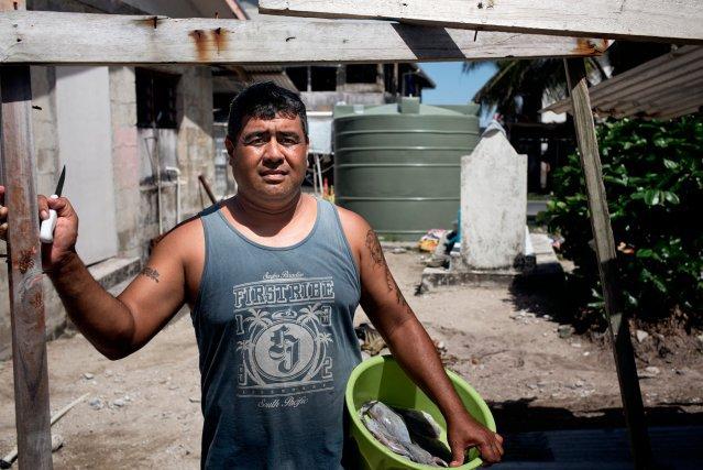 Tausi Tapulanga, 41 ans, a travaille plusieurs annees dans la marine marchande, loin de sa femme et de ses enfants. On estime qu'environ un quart des hommes de l'archipel sont employes sur des navires de fret a travers la planete. Les revenus envoyes par les travailleurs expatries constituent une ressource importante pour les menages.