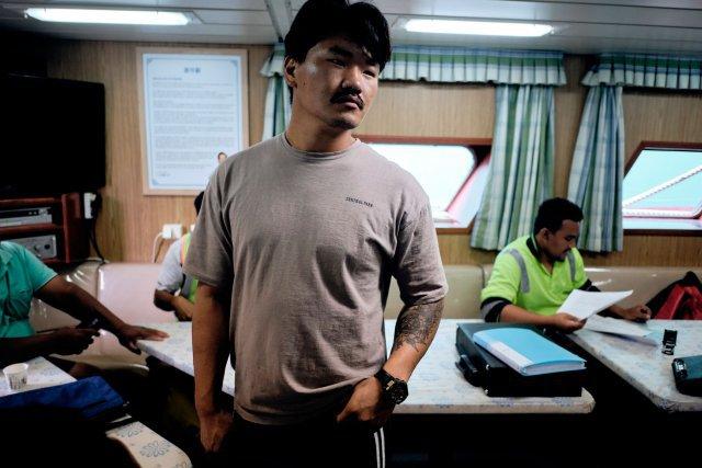 L'équipage de ce navire coréen vient de passer cinq semaines en haute mer. Il s'arrête dans le lagon pour décharger ses prises avant de repartir pêcher. Le poisson est transbordé dans un énorme vaisseau-mère. Il sera expédié plus tard dans une conserverie en Asie.