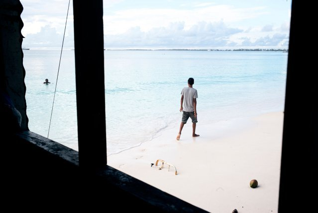 De nombreux habitants cherchent a immigrer en Nouvelle-Zelande, qui limite l'accueil a 75 tuvaluans chaque annee. Selon un rapport de la banque mondiale date de 2016, la demande va continuer d'augmenter fortement a cause des problemes lies au rechauffement planetaire. Mais aucun Etat ne reconnait le statut de refugie climatique.