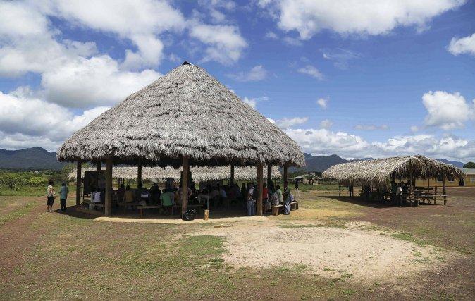 Session de travail Renforsap dans le Village de Nappi (Lethem) avec en arrière-plan l'aire protégée des Montagnes Kanuku. Mai 2019. Photo Arnauld Anselin.