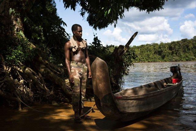 Demoine habite a l'ile Portal, il rentre chez lui en pirogue. Saint Jean du Maroni, Guyane francaise, 2019.