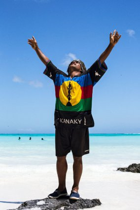 Nouvelle-Calédonie. Jeremy a arrêté ses études à 25 ans pour revenir vivre dans sa tribu de Kejëny sur l'île de Lifou. Il se dit tribaliste et désire juste être « aux champs », à savoir, chasser, pêcher et cultiver la terre. Il n'est pas le seul à avoir tenté sa vie ailleurs et à être revenu. Il est heureux comme ça, au milieu de la nature et entouré de ses proches. Malgré son T-shirt, il n'est pas favorable à l'indépendance, car il pense que ce n'est pas viable économiquement. Il souhaite simplement plus de reconnaissance pour la culture kanake et pense que son mode de vie est déjà une forme d'indépendance.