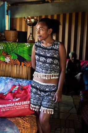 Nouvelle-Calédonie. Beaucoup de gens quittent leur tribu pour venir travailler à Nouméa. Le logement coûte cher, ce qui explique la présence des squats autour de la ville. Cedela vit au squat de Kawati à Dumbéa. Elle a quitté l'école pour s'occuper de ses grands-parents, des enfants et des tâches ménagères. À 22 ans elle tient la maison pendant que les parents travaillent. La famille essaie de reconstituer un univers semblable à celui de la tribu. C'est avec une immense fierté qu'ils m'ont fait visiter les parcelles d'ignames et de taro qu'ils cultivent tout autour de la maison.