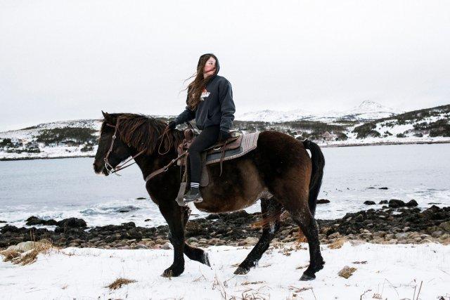 Saint-Pierre-et-Miquelon. Audrey est en terminale au lycée Émile Letournel à Saint-Pierre. Elle a deux passions, le cheval et la photographie. Comme tout le monde, elle sera obligée de quitter Saint-Pierre-et-Miquelon pour faire ses études. Beaucoup de jeunes choisissent le Canada voisin. Audrey a décidé d'aller en métropole, mais elle hésite encore pour la filière. Elle aimerait être ostéopathe animalier, mais les études coûtent très cher. Elle est aussi tentée pour faire l'école de photographie à Toulouse, mais elle se demande comment elle arrivera à gagner sa vie ici en tant que photographe. Sa seule certitude : revenir vivre à Saint-Pierre après ses études. Malgré le peu de débouchés professionnels, l'attachement à l'archipel est plus fort que tout.
