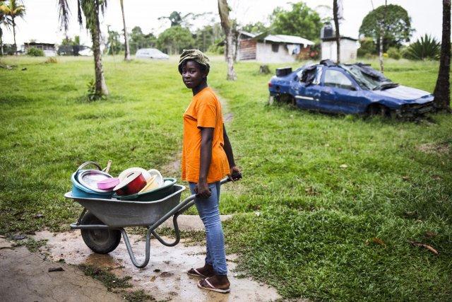 Delcianne va faire la vaisselle a la crique, Saint Laurent du Maroni, Guyane francaise, 2019.