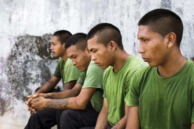 Jeunes amerindiens en formation au RSMA (Regiment du Service Militaire Adapte) de Saint Jean du Maroni. Filiere multitechnique. Guyane francaise, 2019.