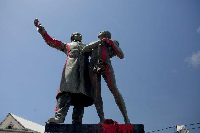 La statue de Victor Scoelcher à Cayenne, détournée quelques jours avant son déboulonnage. Juillet 2020. Photo PO Jay97PX