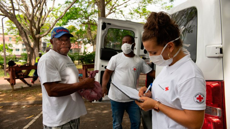 Andy et Mathilde du CAARUD distribuent des différents kits sur la place de la Victoire à Pointe-à-Pitre, Guadeloupe,