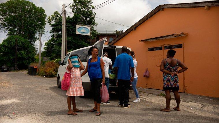 Andy et Mathilde du CAARUD distribuent des kits de base, d'hygiène, des sacs repas, dans le quartier de Boissard à Pointe-à-Pitre, Guadeloupe