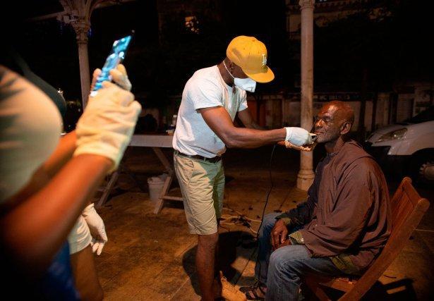 Les bénévoles de l'Unité contre la misère improvisent un salon de coiffure sur la place du marché aux épices à Pointe-à-Pitre, Guadeloupe.