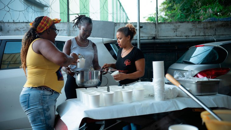 Sandra, Moni et Glawdys remplissent des bols de soupe, pour les distribuer aux plus démunis, Guadeloupe,