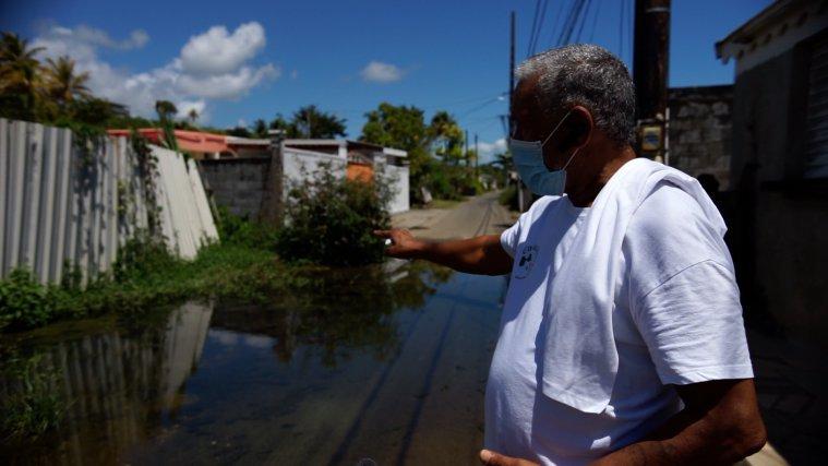 Germain Paran, président du Comidé de défense des usagers de l'eau de Guadeloupe dans le quartier de Sainte-Marie