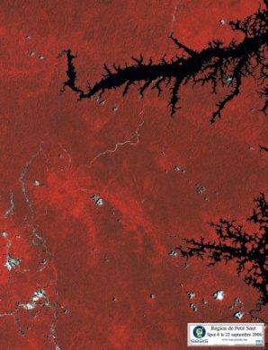 Le lac du barrage de Petit Saut. Cette image du 22 septembre 2006 montre la région de Saint-Elie. Au nord, on aperçoit le lac de Petit Saut du barrage hydro-électrique du même nom. Les canaux infra-rouges du satellite, sensibles à la photosynthèse, font apparaître la forêt dans des nuances de rouge.