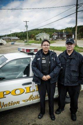 Alice, originaire du village travaille comme Robert au sein de la police de Wemotaci.