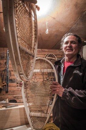 Eugène travaille le bois et la peau d'orignal pour faire des raquettes traditionnelles. Il chasse et coupe lui-même le bois en forêt.