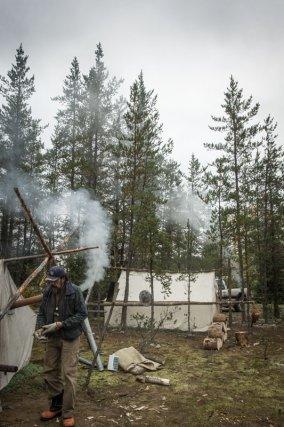 Le camp des ainés (en haut) de Wemotaci est un rassemblement culturel réservé aux anciens qui a lieu tous les ans en octobre.