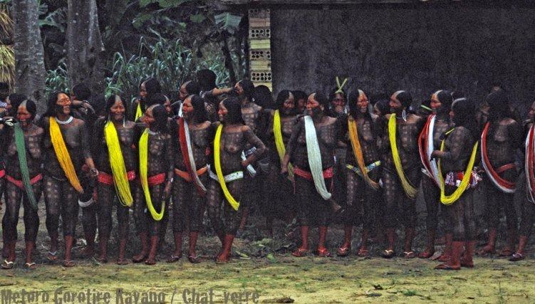 Les menire (femmes) Gorotire rassemblées pour le metoro, danse rituelle.