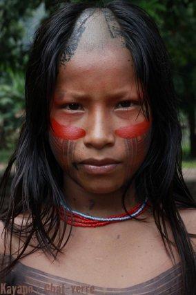 Jeune Gorotire arborant la coupe de cheveux traditionnelle peinte de genipapo et d'urucum.