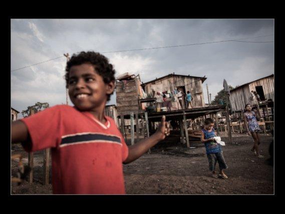 Un groupe d'enfants joue dans la favela appelée  'Invasao dos Padres'. Tout le quartier sera inondé après le chantier et les habitants seront forcés de partir. (Nov. 2012)