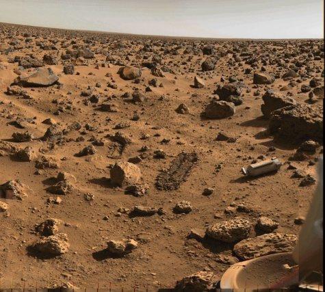 Paysage de Utopia Planitia prise par l'atterrisseur Viking-2. La zone de prélèvement des échantillons en vue de la recherche de la vie est visible sur le sol.