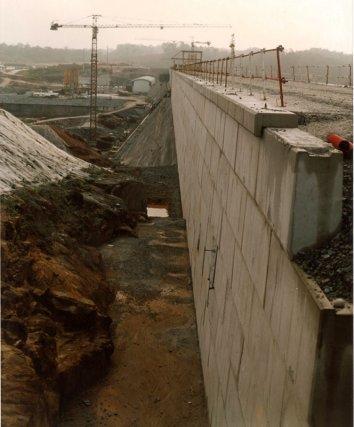 Parement aval, construction du barrage de Petit Saut