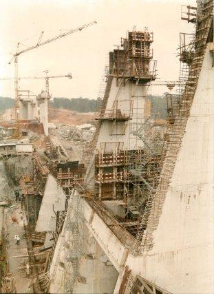 Vue en amont de la prise d'eau, construction du barrage de Petit Saut