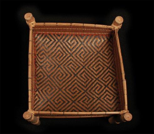 Panakali wayãpi : corbeille à farine avec le motif wilaie « pied d'oiseau ».