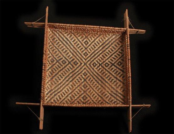 Manaré (tamis à cachiri) wayãpi avec le motif piãwanape représentant un anaconda mythique tapis au fond des eaux.
