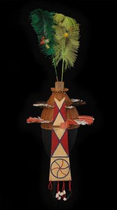 Yuuti palikur, casque portant plumes