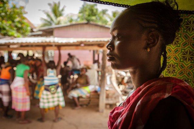 Fête à l'occasion de la prise de fonction d'un nouveau capitaine dans le village saamaka de Pikiseei au Suriname. Après son lycée en Guyane, cette jeune fille a décidé d'y revenir pour fonder une famille.