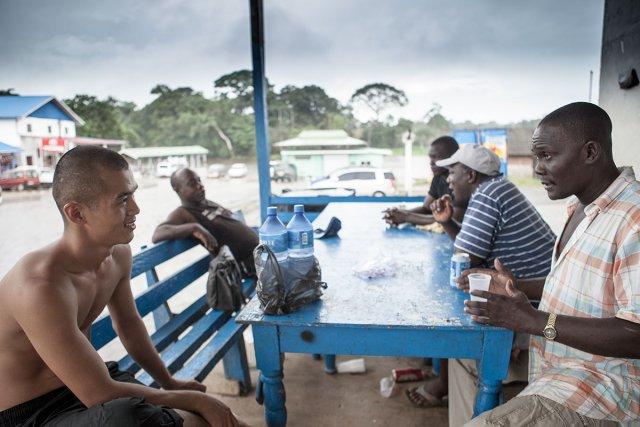 Pokigoon, échange avec le tenancier du libre service sur le dégrad du fleuve Suriname.