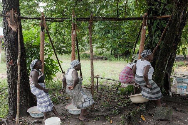 Préparation de la farine de manioc à la maison des femmes. Pokigoon.