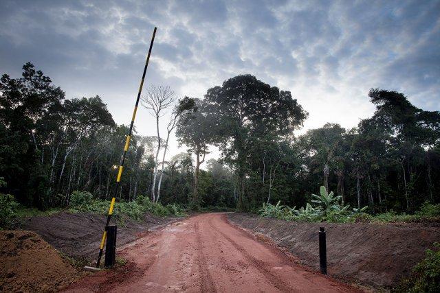 La piste en direction du site de Tapajaï n'est pas accessible au public, mais elle est déjà construite par la compagnie nationale d'énergie Staatsolie.