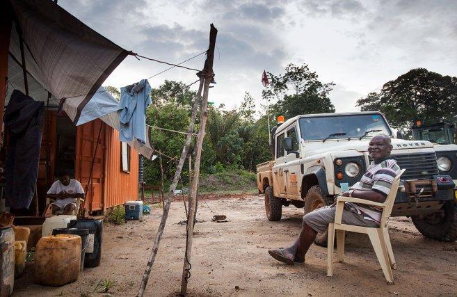 La piste en direction du site de Tapajaï n'est pas accessible au public, l'entrée est contrôlée par des employés de la société nationale d'électricité surinamaise Staatolie.
