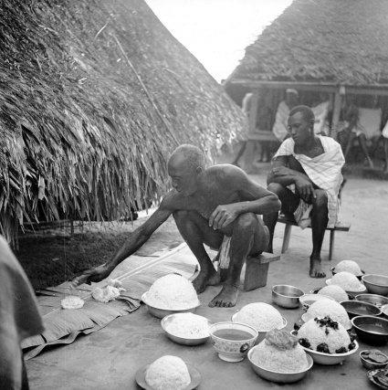 Offrande de riz pour les ancêtres au bord du hangar mortuaire, lors d'une levée de deuil à Papaïchton en 1962.
