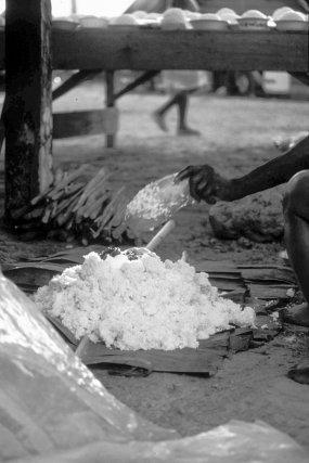 Offrande de riz lors d'une levée de deuil à Loka en 1987. Au fond, on voit la table dressée (gaan tafa) couverte de plats de riz.