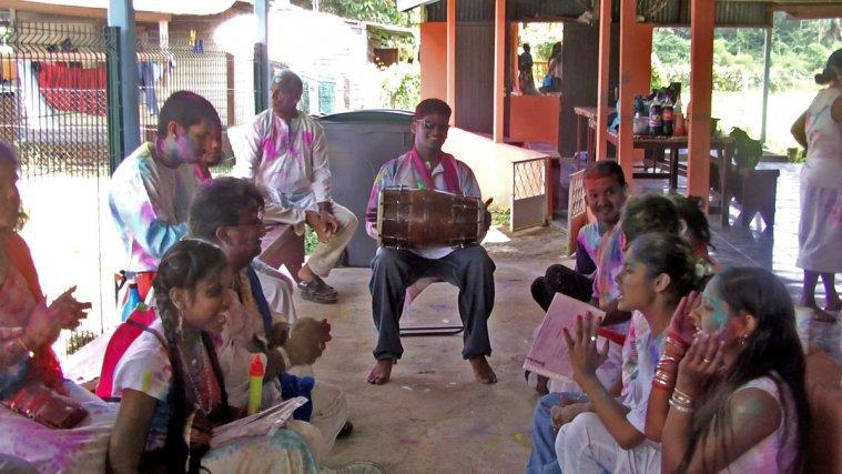 Le moment du Chowta à Matoury, deux rangées de chanteurs s'affrontent (demi-cercle), avec un batteur «dholak» à une extrémité.