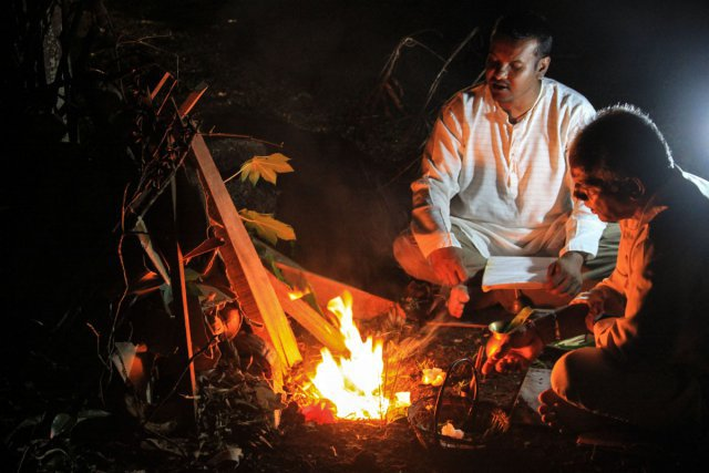 La nuit du 1er jour, le mardi 26 mars, lorsqu'il s'apprête à allumer le feu pour brûler le Holîka, la plante qui est sous le bois.