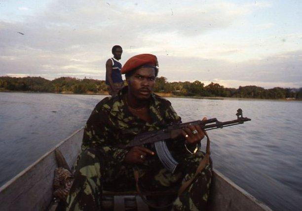 Ronnie Brunswijk. Renvoyé de l'armée régulière, il devient le Robin des bois des marrons Ndyuka avant de devenir, en 1986, le leader de l'Armée de libération du Suriname, montée par les opposants à la dictature de D. Bouterse.