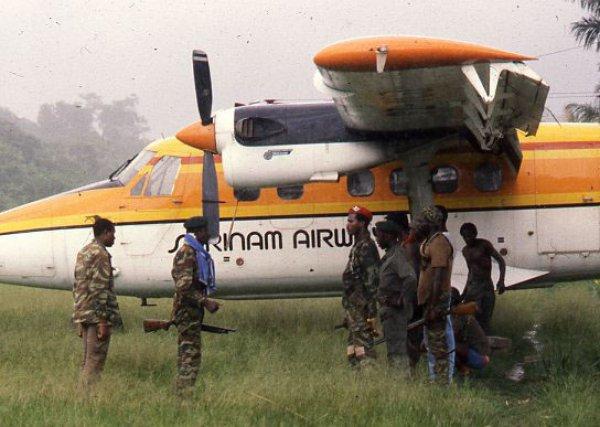 Prise d'otages. Les actes de guérilla se multiplient fin 1986, et les Jungle Commando capturent un avion de la Surinam Airways, plein de touristes étrangers qui seront relâchés plus tard. L'aéronoef sera rendu à l'assureur de la compagnie aérienne contre rançon.