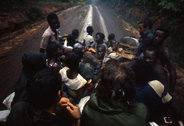 Fuite. Les combats ont lieu souvent dans des zones de vie ou l'armée de Bouterse vient harceler les civils soupçonnés de Rebellion. Les déplacements de population commencent alors, la plupart se réfugieront en Guyane française, sous contrôle de l'ONU.